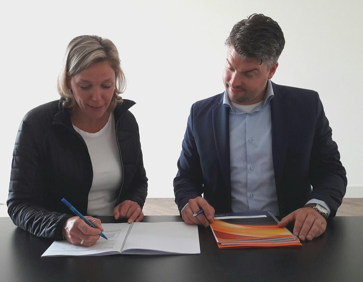 Directeur Marieke ter Brugge van Enschede Promotie tekent het huurcontract met makelaar Snelder Zijlstra