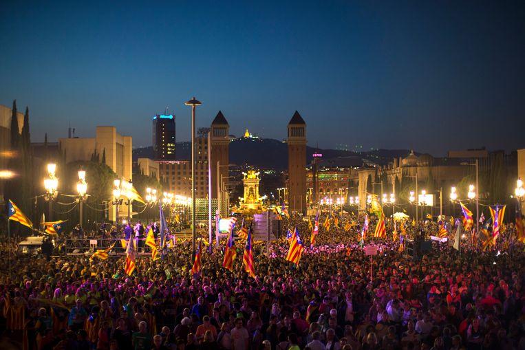 De Catalaanse vlaggen wapperen op een ja-campagne in Barcelona. Beeld AP