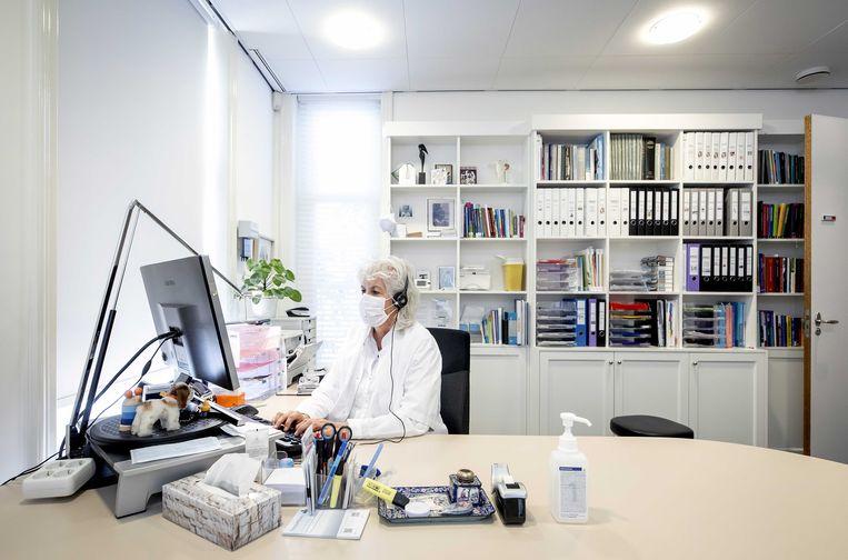 Een huisarts tijdens een online consult met een patiënt. Beeld ANP