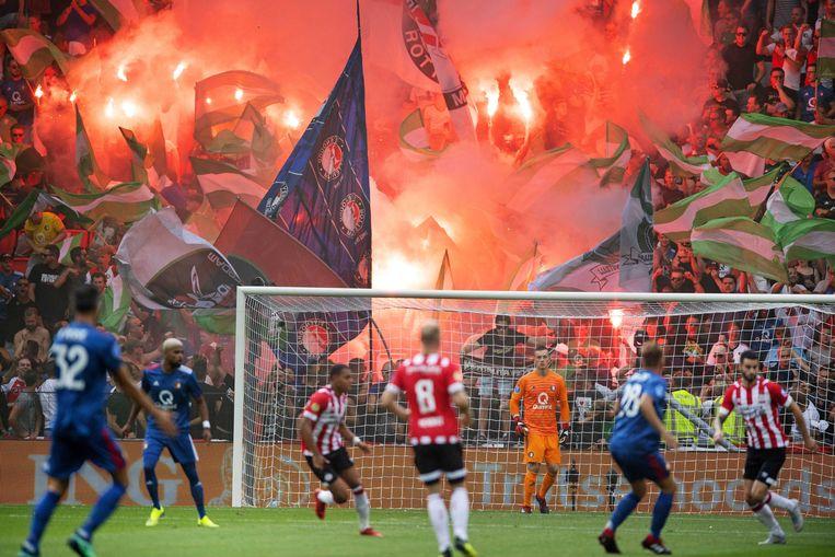 Met een muur van vlaggen en fakkels bakenen voetbalfans hun territorium af bij de strijd om de Johan Cruijffschaal. Beeld ANP
