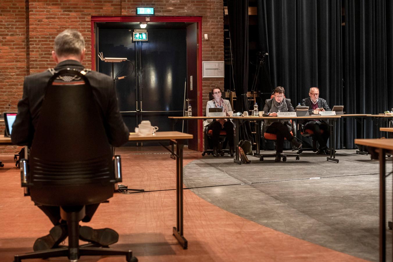 Gemeenteraadsleden in oktober tegenover burgemeester André Baars, vlak voordat die zijn opstappen bekend maakt.