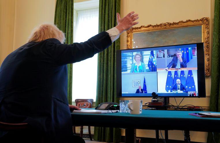 Premier Boris Johnson in een videoconference met EU-Commissievoorzitter Ursula von der Leyen, EU-Parlementsvoorzitter David Sassoli,  EU-president Charles Michel en brexitonderhandelaar Michel Barnier. Beeld via REUTERS