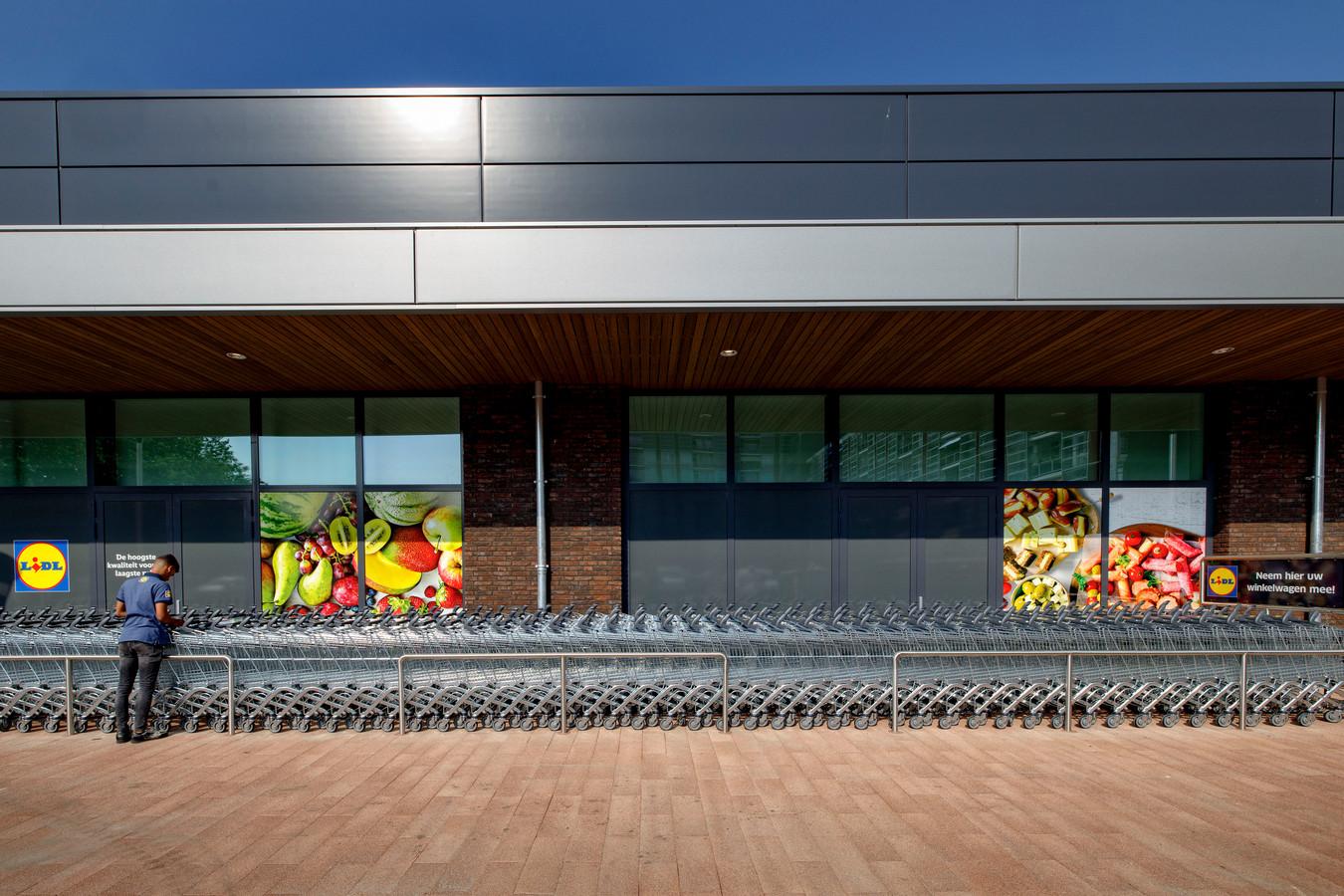 De winkelwagentjes worden in orde gemaakt bij de nieuwe Lidl in Waalwijk.