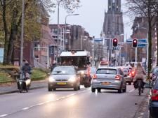 Drukke Leusderweg krijgt verkeersdrempels en fietsstroken