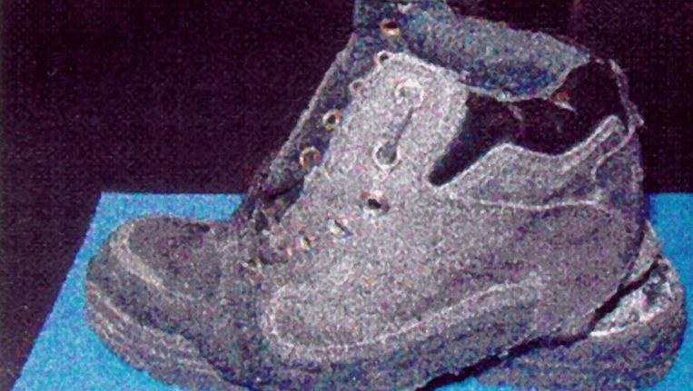 Een van de schoenen van de vermeende 'shoe bomber' Richard Reid. Beeld epa