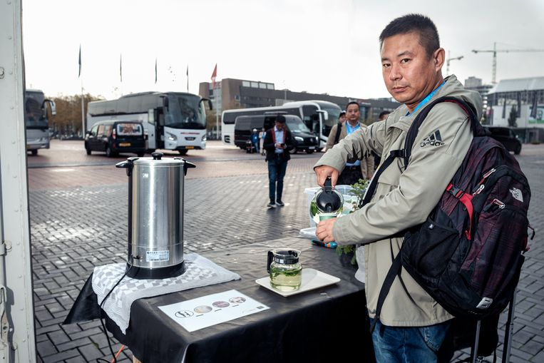 A visitor pouring himself a cup of tea made from pee.   Beeld Jakob Van Vliet