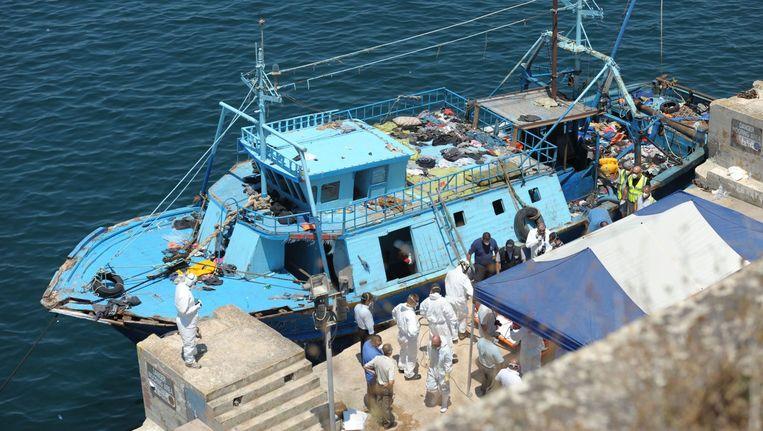 Reddingswerkers in een haven in Malta na een bootongeluk ten zuiden van Lampedusa op 20 juli. Beeld afp