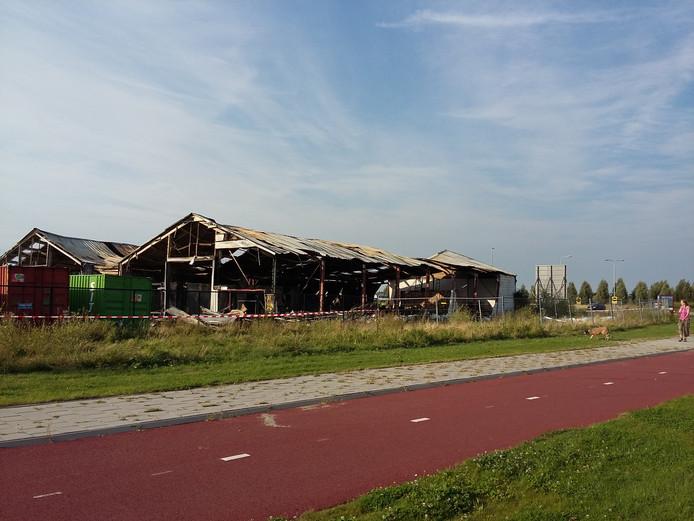 De loods aan de Heerlijkheidsweg is totaal verwoest.