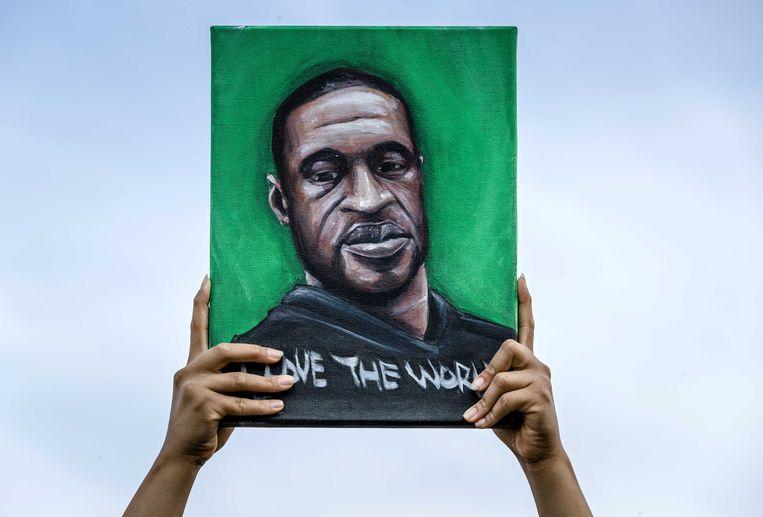 Een demonstrant tijdens een manifestatie tegen racisme en politiegeweld in Rotterdam. Aanleiding is de dood van George Floyd in de Amerikaanse stad Minneapolis. Beeld ANP