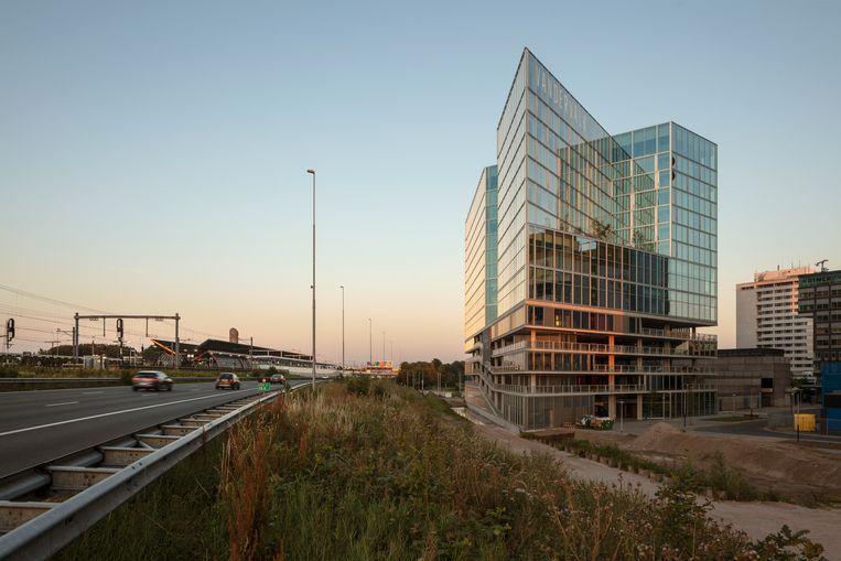 Volgens het juryrapport past het beste gebouw van 2021 'op de zakelijke Zuidas, terwijl het van binnen een aangename warmte uitstraalt'. Beeld Jan Bitter