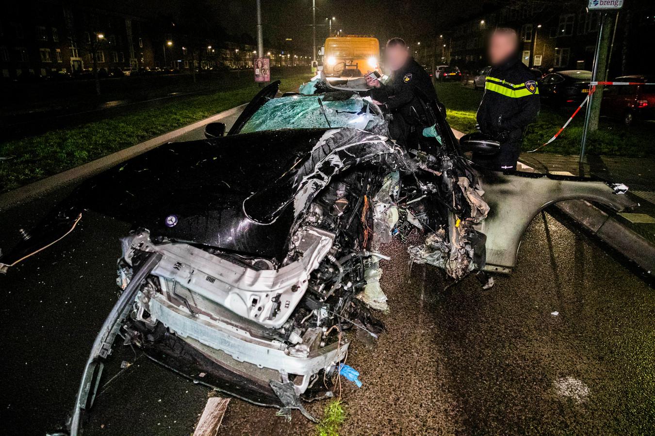 De politie onderzoekt het voertuig na de crash.