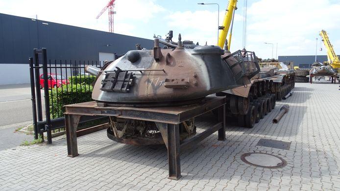 Tankonderdelen op de nieuwe locatie van British American Infantry Vehicles in Nederweert.