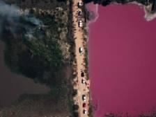 La pollution rend une lagune paraguayenne complètement pourpre