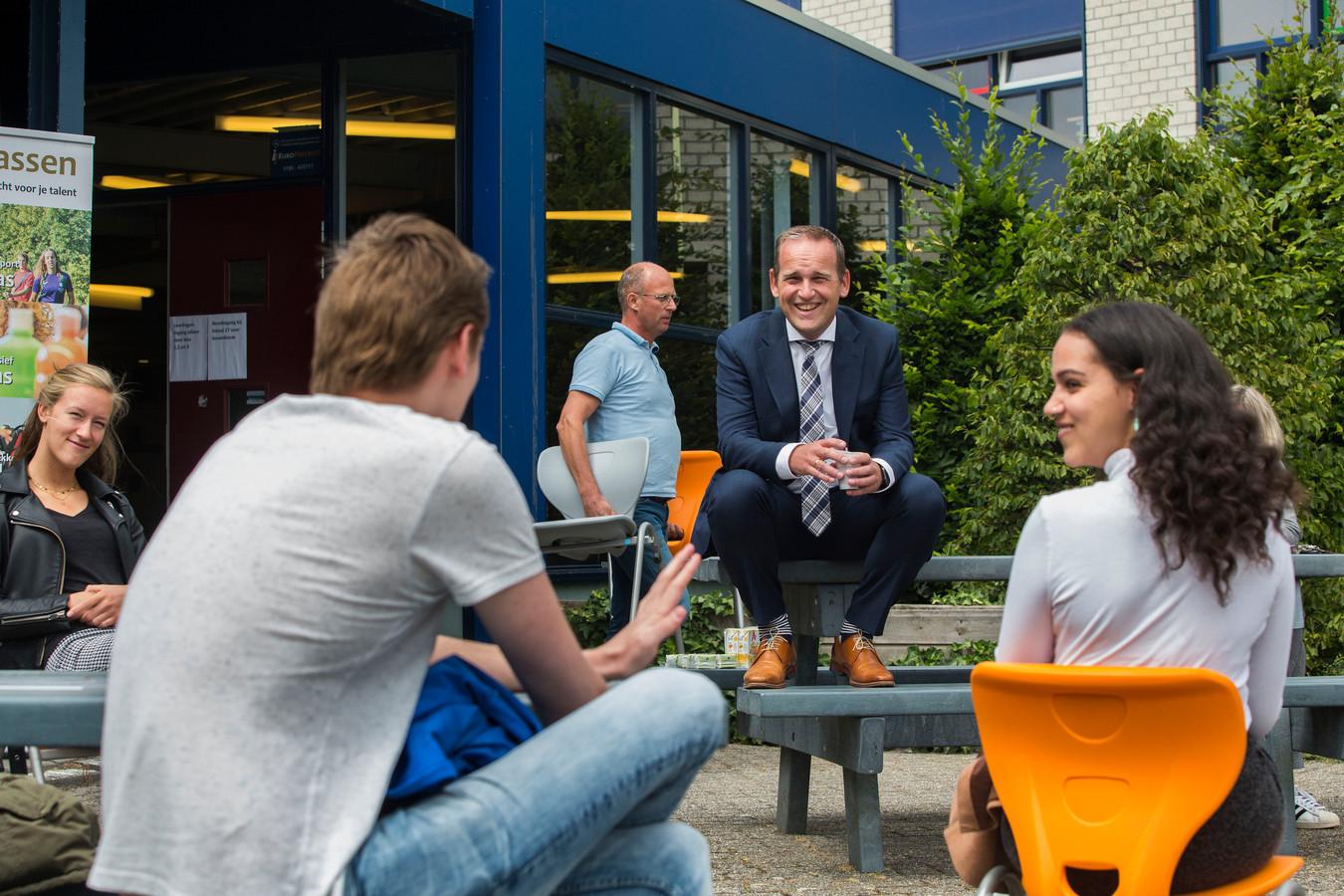 Burgemeester Bram van Hemmen ging in debat met schooljeugd.