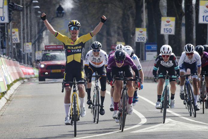 Demi Vollering komt net tekort om Marianne Vos in de Amstel Gold Race nog in te halen.