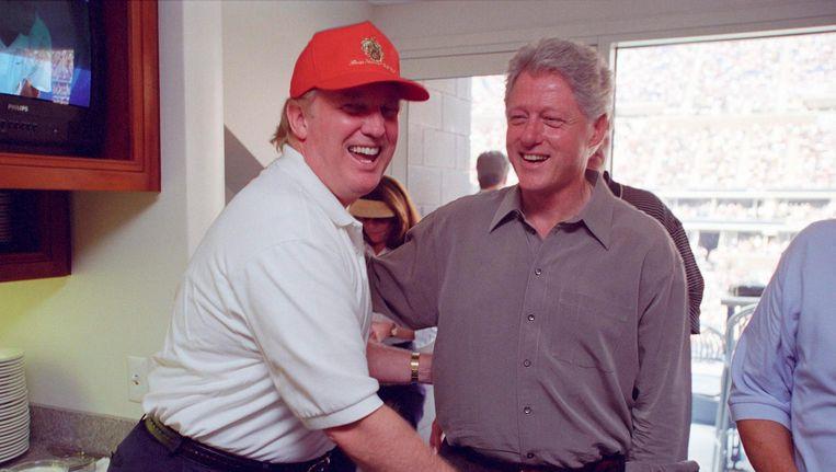 Donald Trump (links) en de toenmalige president Bill Clinton in 2000. Beide mannen hebben een veelbesproken seksueel verleden. Beeld reuters