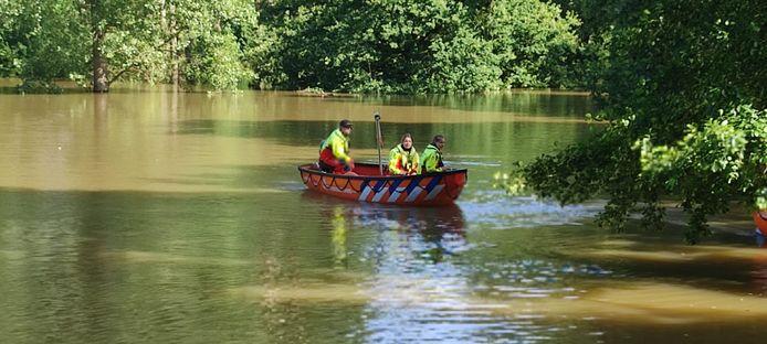 De lifeguards van Wierden in actie, op zoek naar eventuele evacuees.