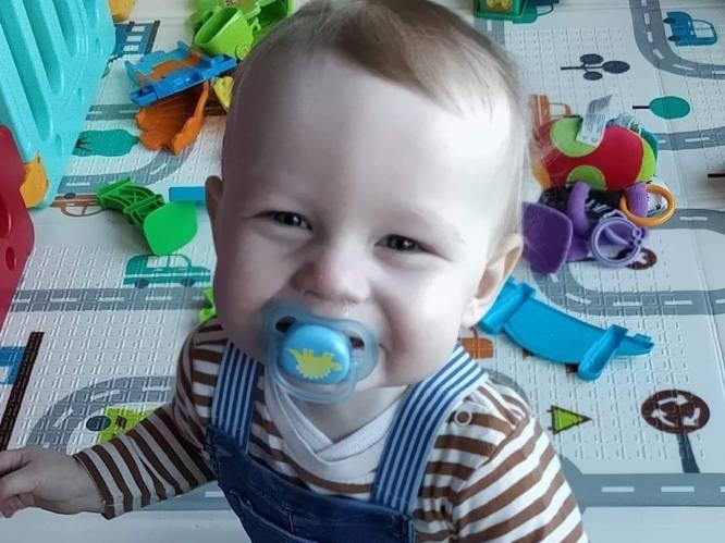 """Jonge ouders verliezen peuter Leander, artsen staan voor raadsel: """"'s Morgens flink aan het spelen, nog geen dag later in kunstmatige coma"""""""