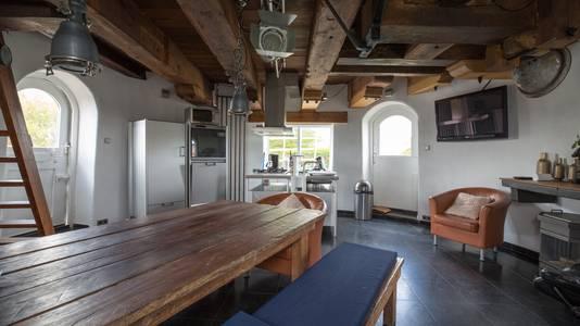 De molen is omgebouwd tot woning. Binnen is het industriële rijksmonument van alle (woon)gemakken voorzien