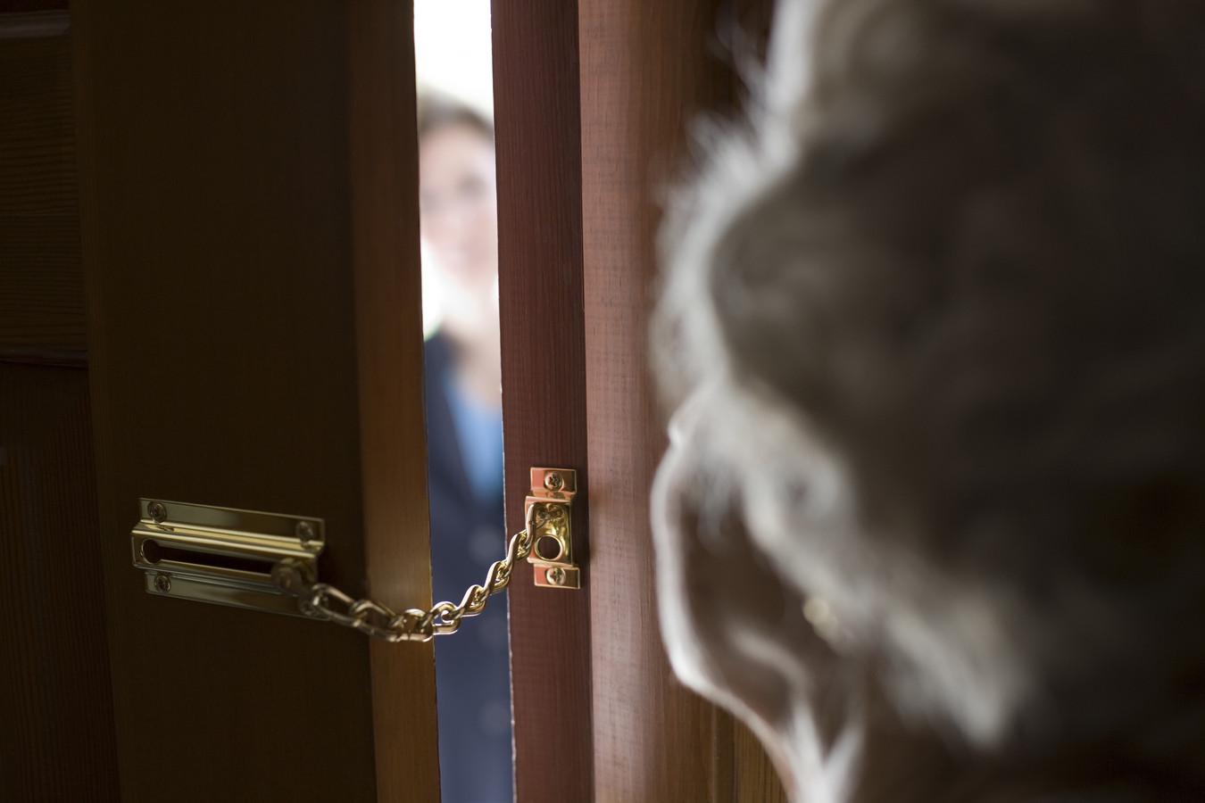 De verdachte haalde de pinpassen op bij talloze bejaarde slachtoffers die in de val trapten. Als hij aanbelde, zaten de ouderen -van 79 tot 89 jaar- nog aan de telefoon met de zogenaamde bankmedewerker.