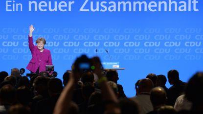 """Merkels partij stemt met overweldigende meerderheid voor nieuwe 'GroKo', bondskanselier eist """"duidelijke gevolgen voor wie weigert te integreren"""""""