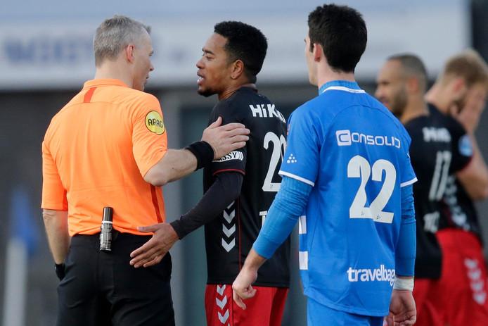 Urby Emanuelson beklaagt zich bij scheidsrechter Bjorn Kuipers na zijn rode kaart.