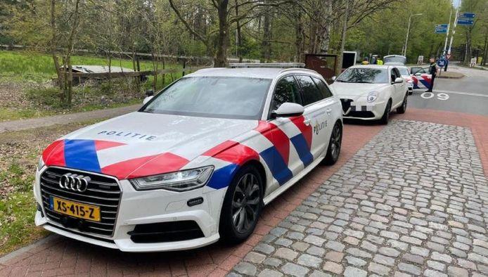 Achter de politieauto staat de gestolen Alfa Romeo uit Oostenrijk, met gejat Duits kenteken. De wagen is in Nunspeet in beslag genomen.