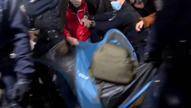 Tentenkamp in Parijs hardhandig ontruimd: politie gooit migranten letterlijk uit hun tent