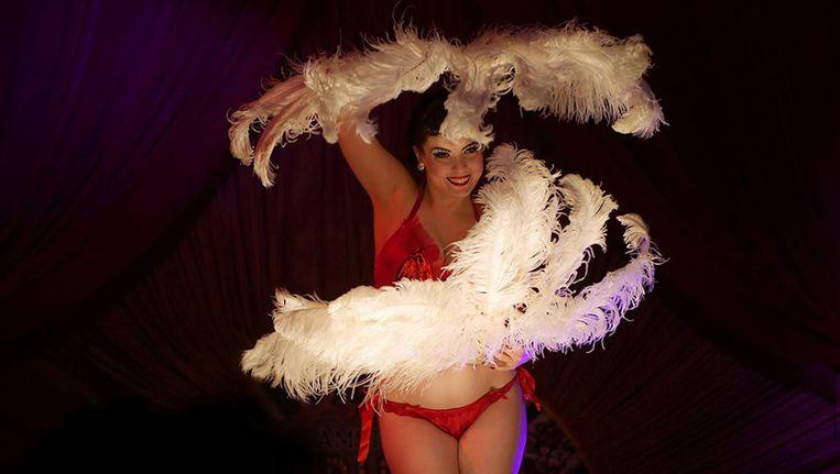 Struisvogelveren te over tijdens de Amsterdam Burlesque Awards. Beeld Felix Tatti
