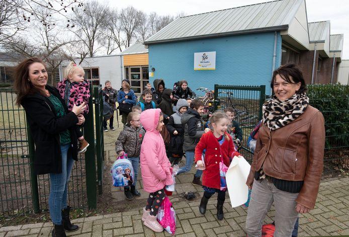 Dionne Mol (links) en Alies de Leeuw bij het uitgaan van de Isandraschool in IJzendoorn, die al jaren met sluiting wordt bedreigd.