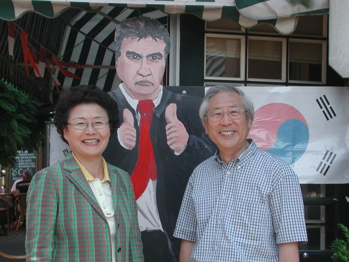 Koreanen poseren bij een kartonnen bord van Guus Hiddink bij Café 't Veertje in Varsseveld, na het succes van Hiddink met Zuid-Korea op het WK in 2002)