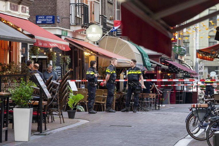 Nederlandse agenten op de plek waar De Vries dinsdag werd neergeschoten.  Beeld AFP