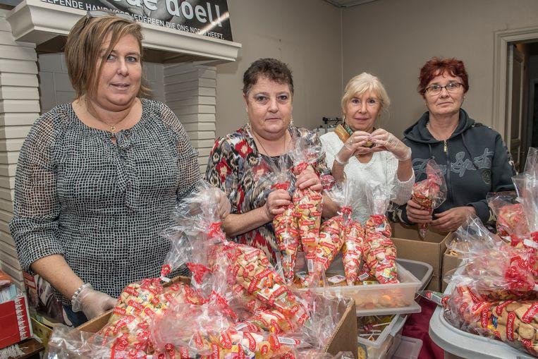 Peggy Herssens, Hilde Chiers, Roos Desnouck en Rita Aerens zijn volop snoepzakjes aan het vullen.