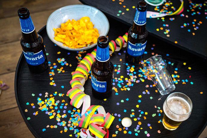 Drank en confetti in de huiskamer tijdens carnaval. Vanwege het coronavirus zijn veel carnavalsfeesten en optochten afgelast.