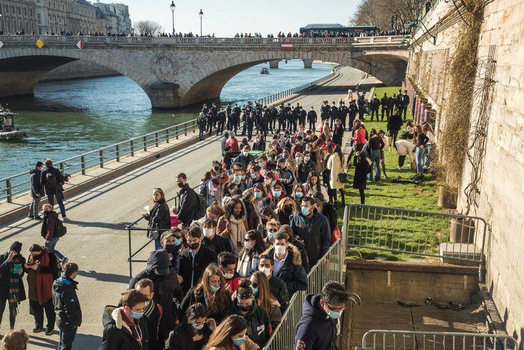 De politie stuurt mensen weg van de oever van de Seine. Beeld EPA