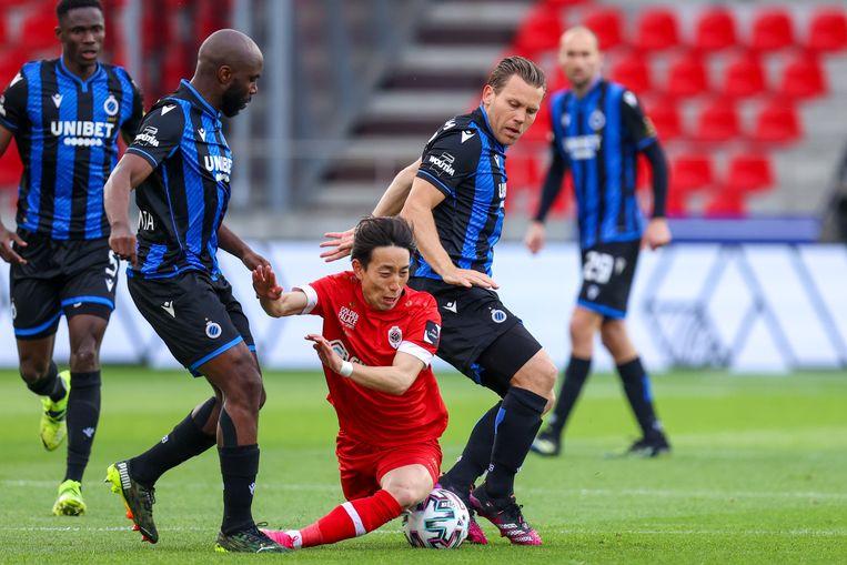 Antwerp-speler Koji Miyoshi gaat neer na verdedigend werk van Eder Balanta en Ruud Vormer. Beeld Photo News