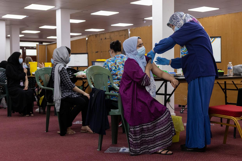 Britten worden gevaccineerd in de Fazl-moskee in de Londense wijk Southfields. Beeld Getty Images