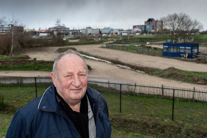 Voorzitter Gerrie Vorstenbosch van motorclub Les Vites op het terrein langs de A2.
