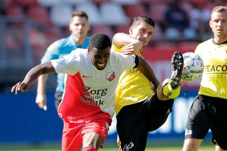 Gyrano Kerk van FC Utrecht in duel met Christian Kum van VVV Venlo.  Beeld BSR Agency