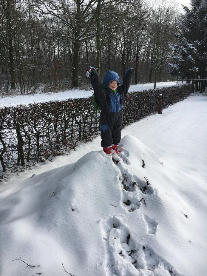 Juichend op de sneeuw in Overloon.