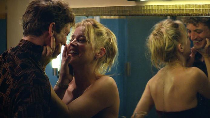 """Dans """"Sibyl"""", Virginie Efira ose une scène de sexe assez crue... mais dans les bras de son partenaire dans la vie."""