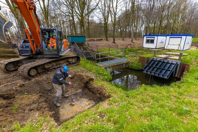 Na de aanleg van een nieuwe regionale waterkering op Landgoed Beukenhorst in Vught is nu gestart met het vervangen van het oude gemaal.