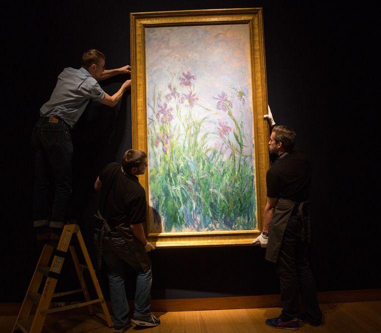 Het bekende schilderij 'Iris Mauves' van Claude Monet in Londen. Beeld GETTY