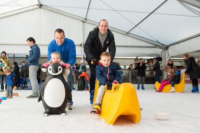 Peuterschaatsen op de ijsbaan op de Markt in Oosterhout.