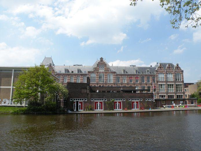 Op de voorgrond het botenhuis van Laga in Delft.