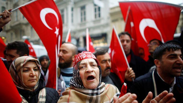 Turken roepen slogans en zwaaien met vlaggen voor het Nederlandse consulaat in Istanbul. Beeld REUTERS