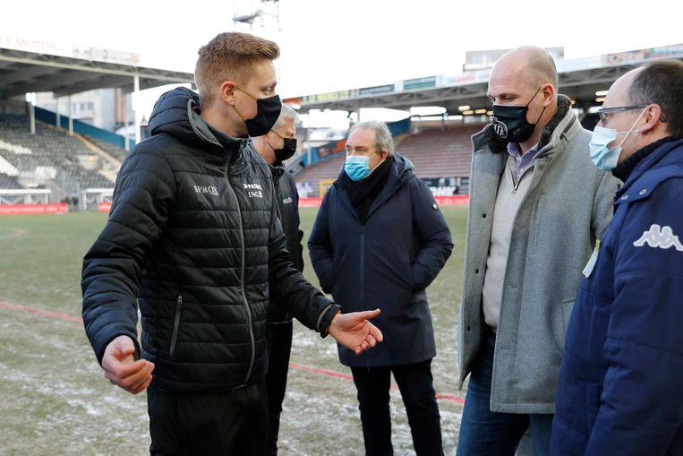 Ref Lothar D'Hondt vertelt Club Brugge-trainer Philippe Clement dat het veld in Charleroi onbespeelbaar is. Beeld Photo News