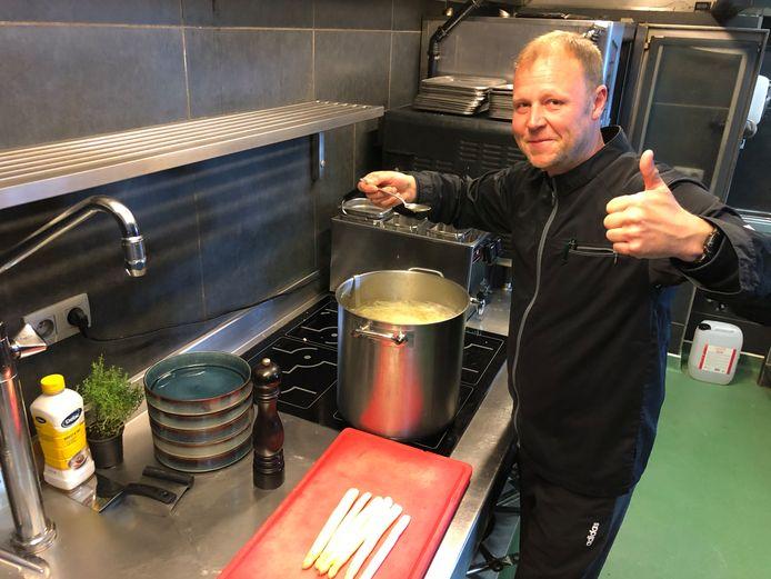 Niky van de Godison maakt al wat verse aspergesoep klaar.