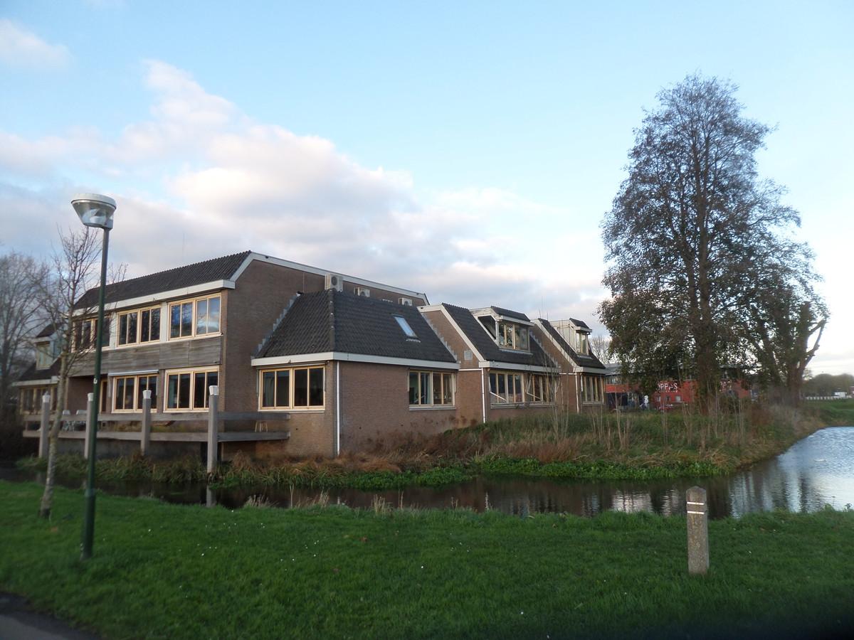 Het voormalig waterschapskantoor in Woudrichem, die vervangen wordt door de Poort van Woudrichem.