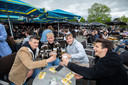 Ook vrienden Pieter, Louis, Kyle  en Arthur vinden elkaar terug op het terras.